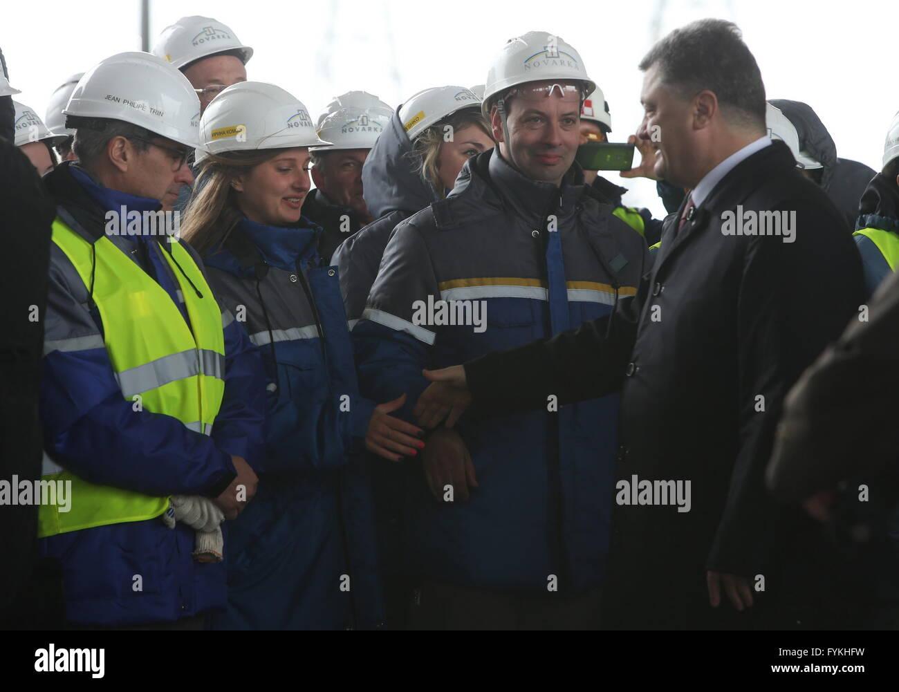 Chernobyl, Ukraine. 26th Apr, 2016. Ukrainian President Petro Poroshenko shakes hands with workers on the construction - Stock Image