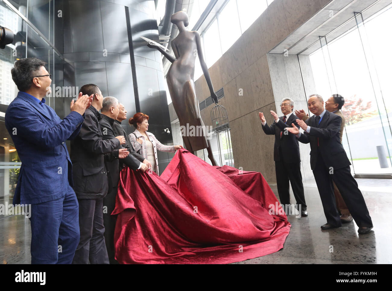 (160427) -- SHANGHAI, April 27, 2016 (Xinhua) -- Guests unveil a statue, created by Chinese artist Chen Yifei, at - Stock Image