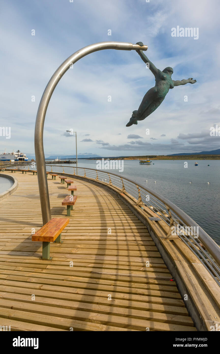 Amor al Viento (Love of the Wind) statue on the waterfront, Puerto Natales, Patagonia, Chile - Stock Image