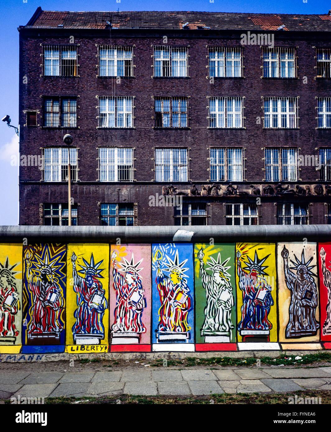 August 1986, Berlin Wall, Statue of Liberty frescos, western side, East Berlin buildings, Zimmerstrasse street, - Stock Image