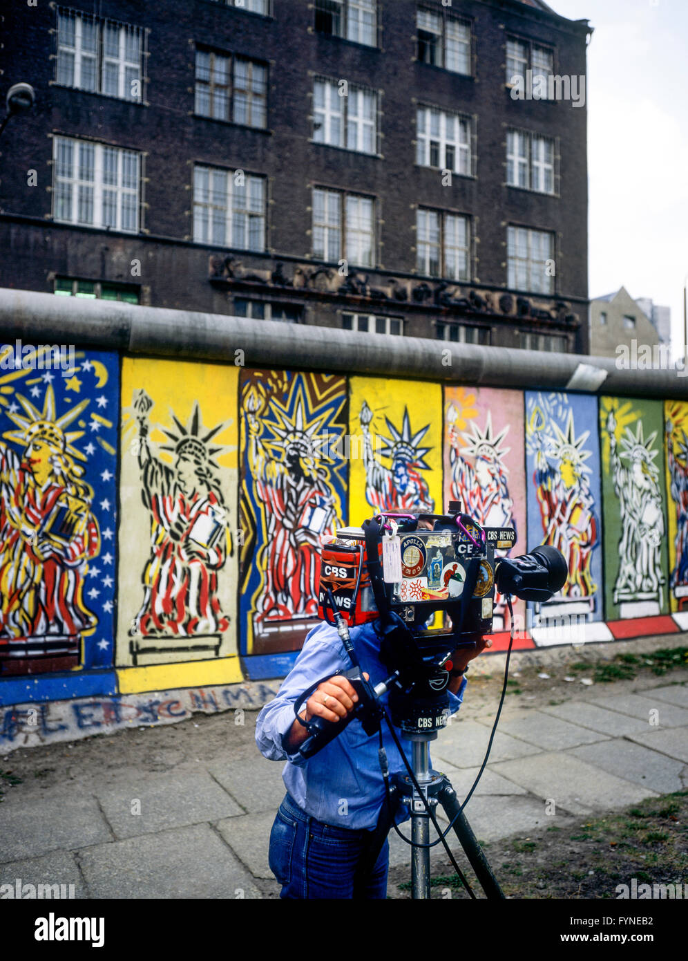 August 1986, CBS television cameraman, Berlin Wall decorated with Statue of Liberty frescos, West Berlin side, Germany, - Stock Image