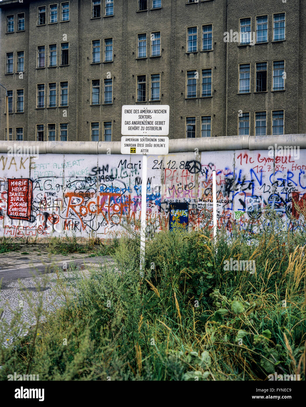 August 1986, Berlin Wall graffitis, warning sign for end of American sector, East Berlin building, West Berlin side, - Stock Image