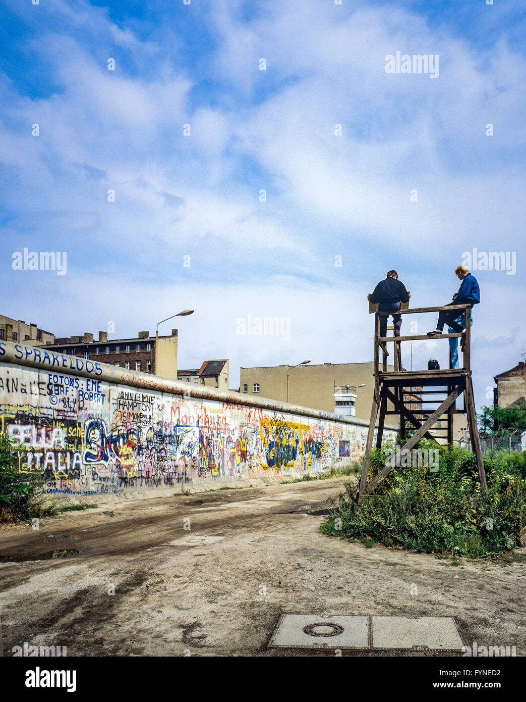 August 1986, Berlin Wall graffitis, people on observation platform looking over the Wall, Zimmerstrasse street, - Stock Image