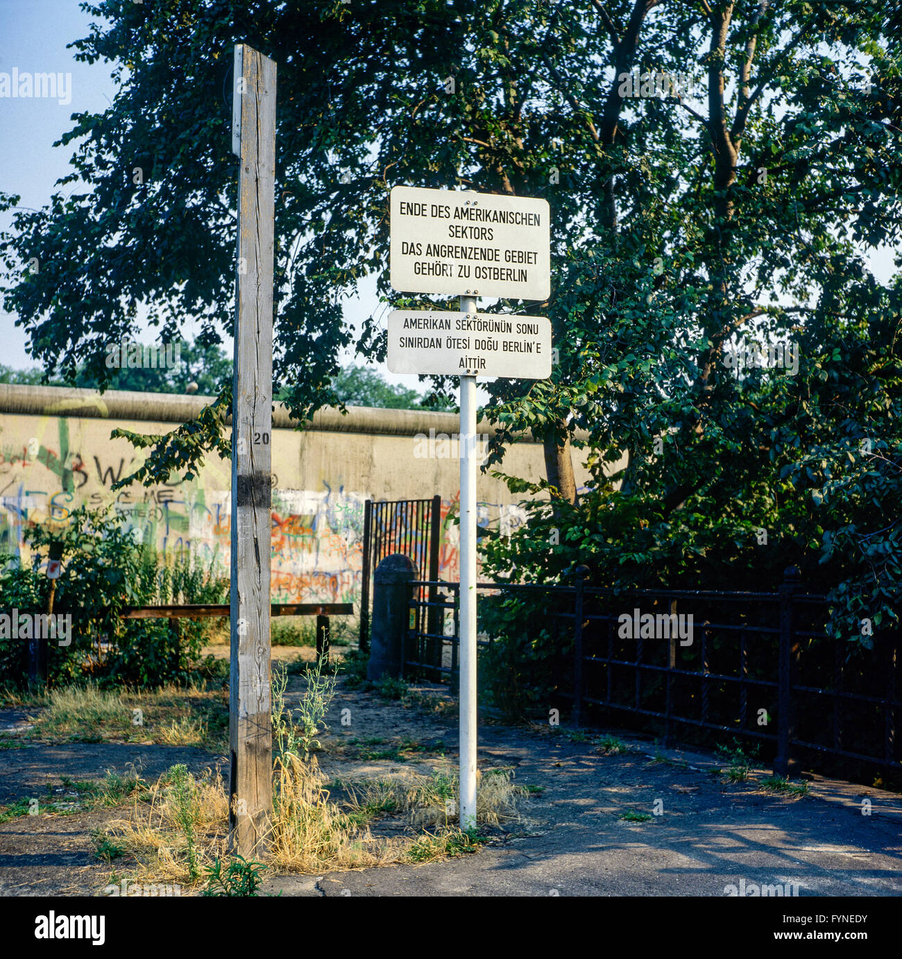 August 1986, warning sign for end of American sector in front of Berlin Wall, West Berlin side, Germany, Europe, - Stock Image