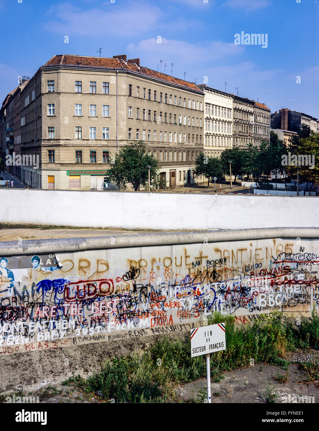 August 1986, Berlin Wall, warning sign for end of French sector, death strip, Bernauer Strasse street, Wedding, - Stock Image