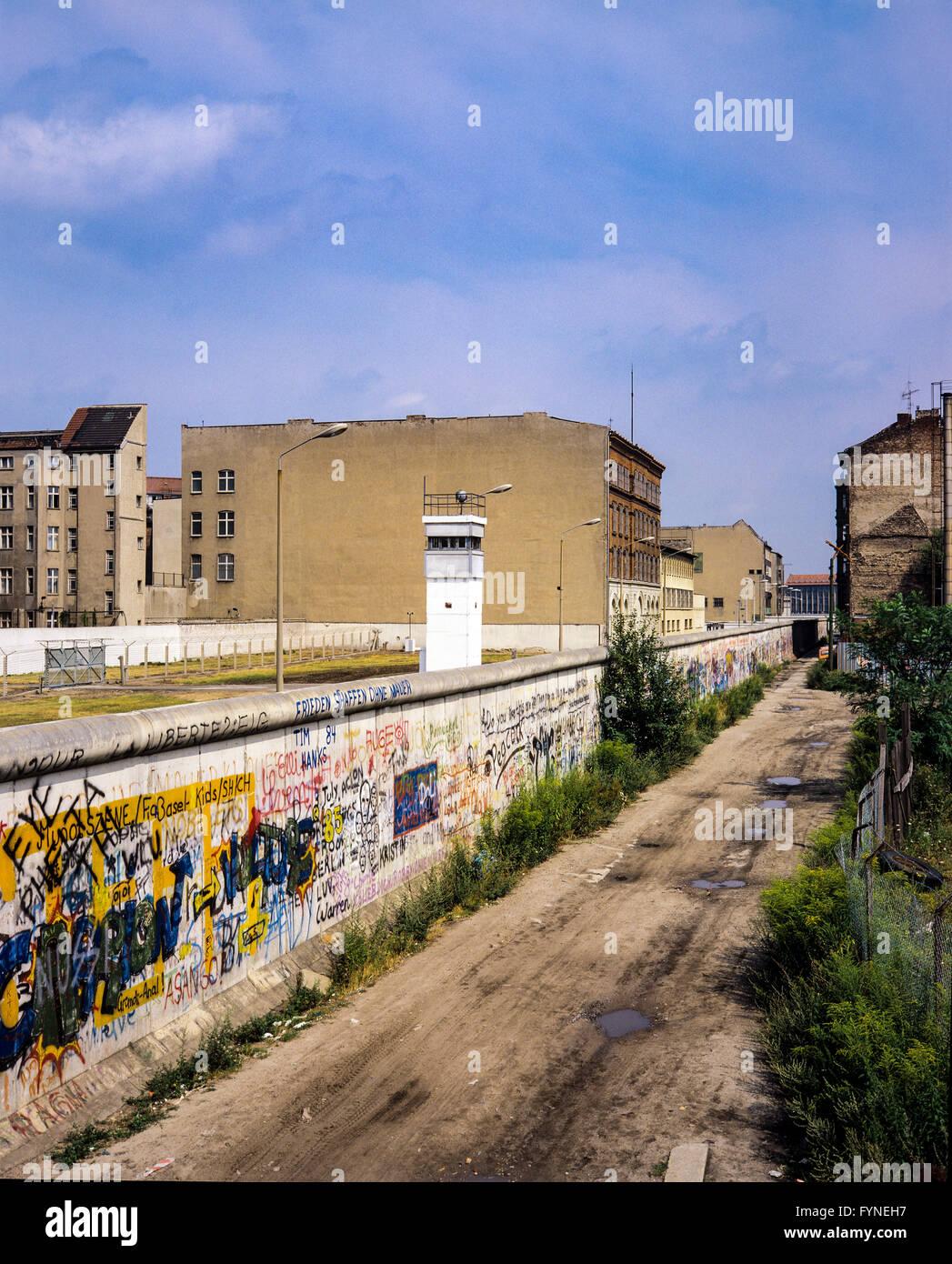 August 1986, graffitis on the Berlin Wall, East Berlin watchtower, death strip, Zimmerstrasse street, Kreuzberg, - Stock Image