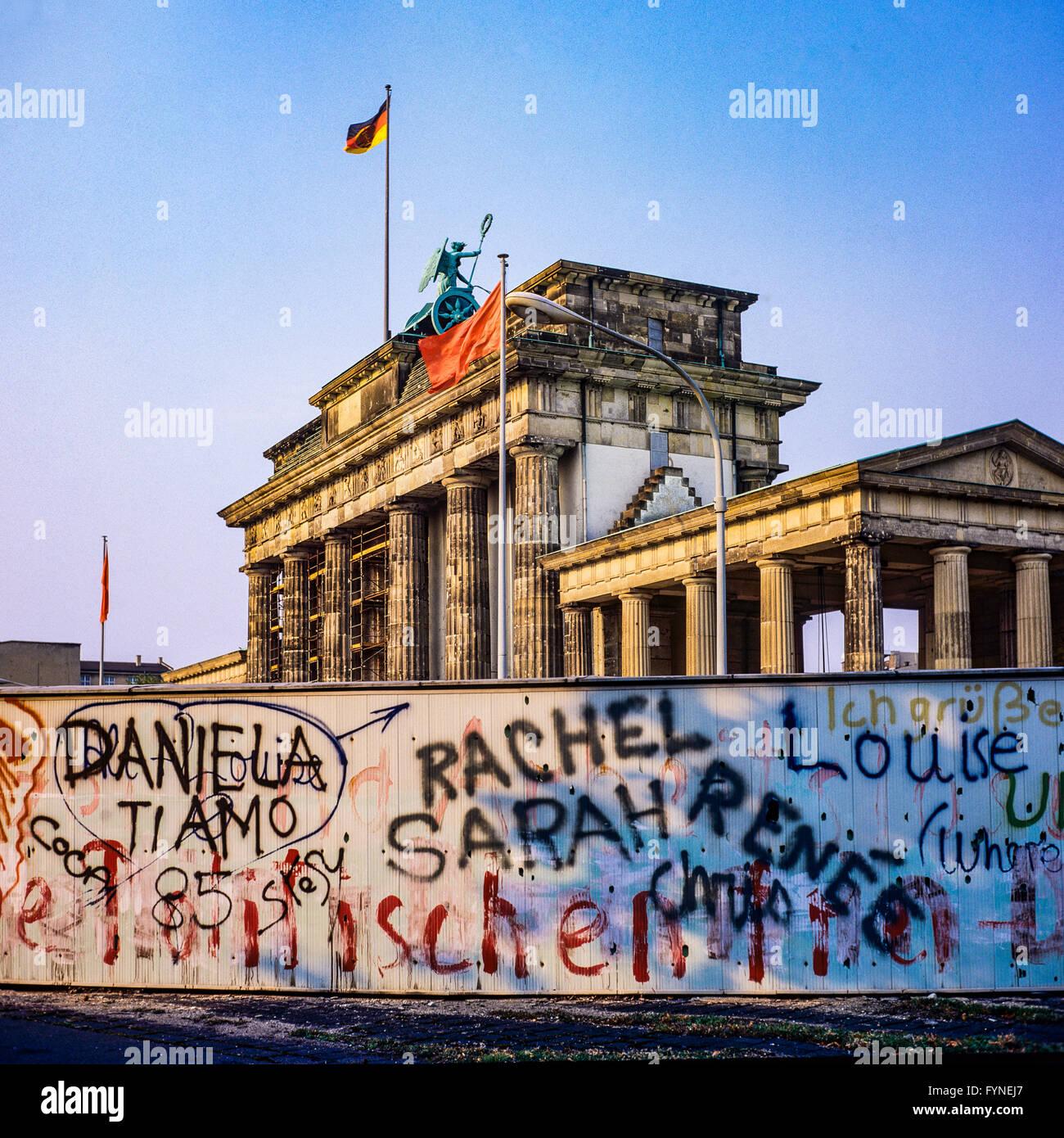 August 1986, graffitis on the Berlin Wall and Brandenburg Gate in East Berlin, West Berlin side, Germany, Europe, - Stock Image