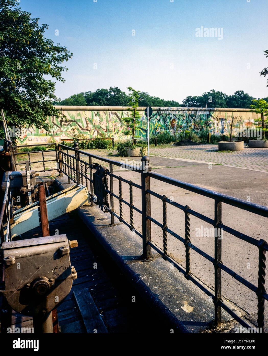 August 1986, Berlin, canal lock, Berlin Wall graffitis, Treptow, West Berlin side, Germany, Europe, - Stock Image
