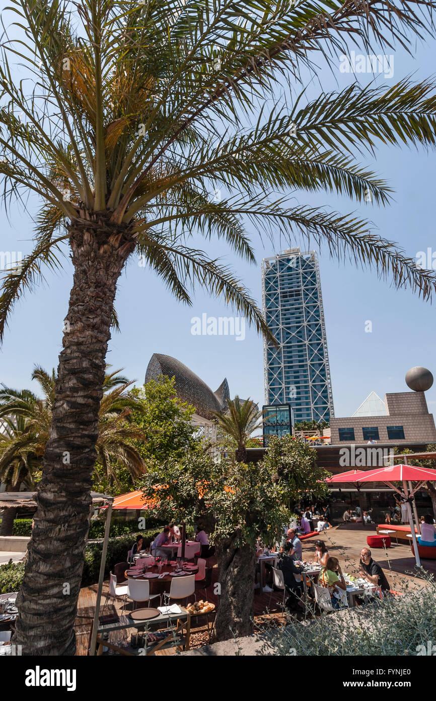Platja de la Barceloneta Hotels Arts sculpture  by Frank Gehry  , beach bar, Barcelona - Stock Image
