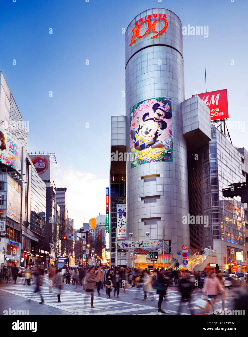 People on busy street in front of Shibuya 109 store, Shibuya, Tokyo, Japan - Stock Image