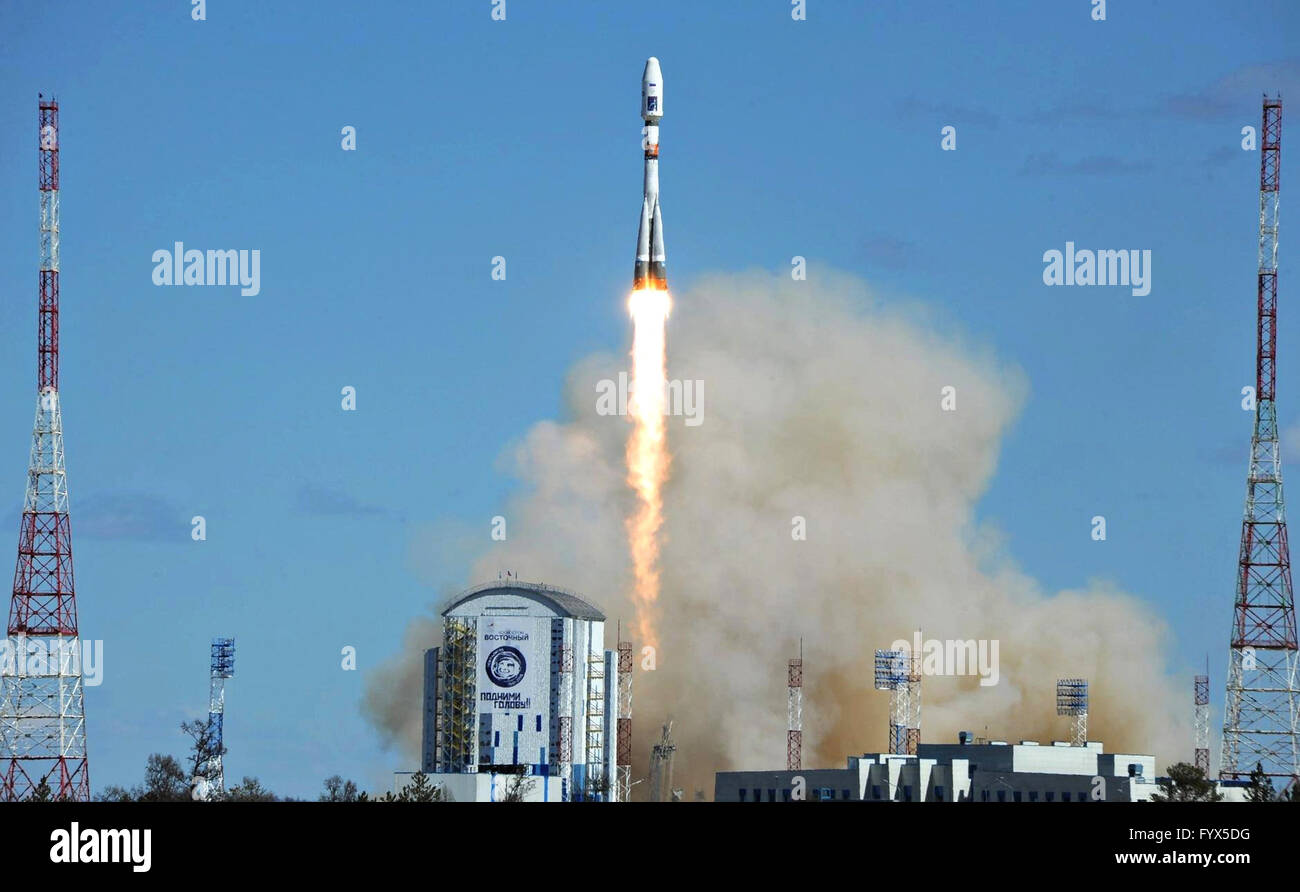 Uglegorsk, Russia. 28th April, 2016. An unmanned Russian Soyuz rocket blasts off carrying a satellite payload at - Stock Image