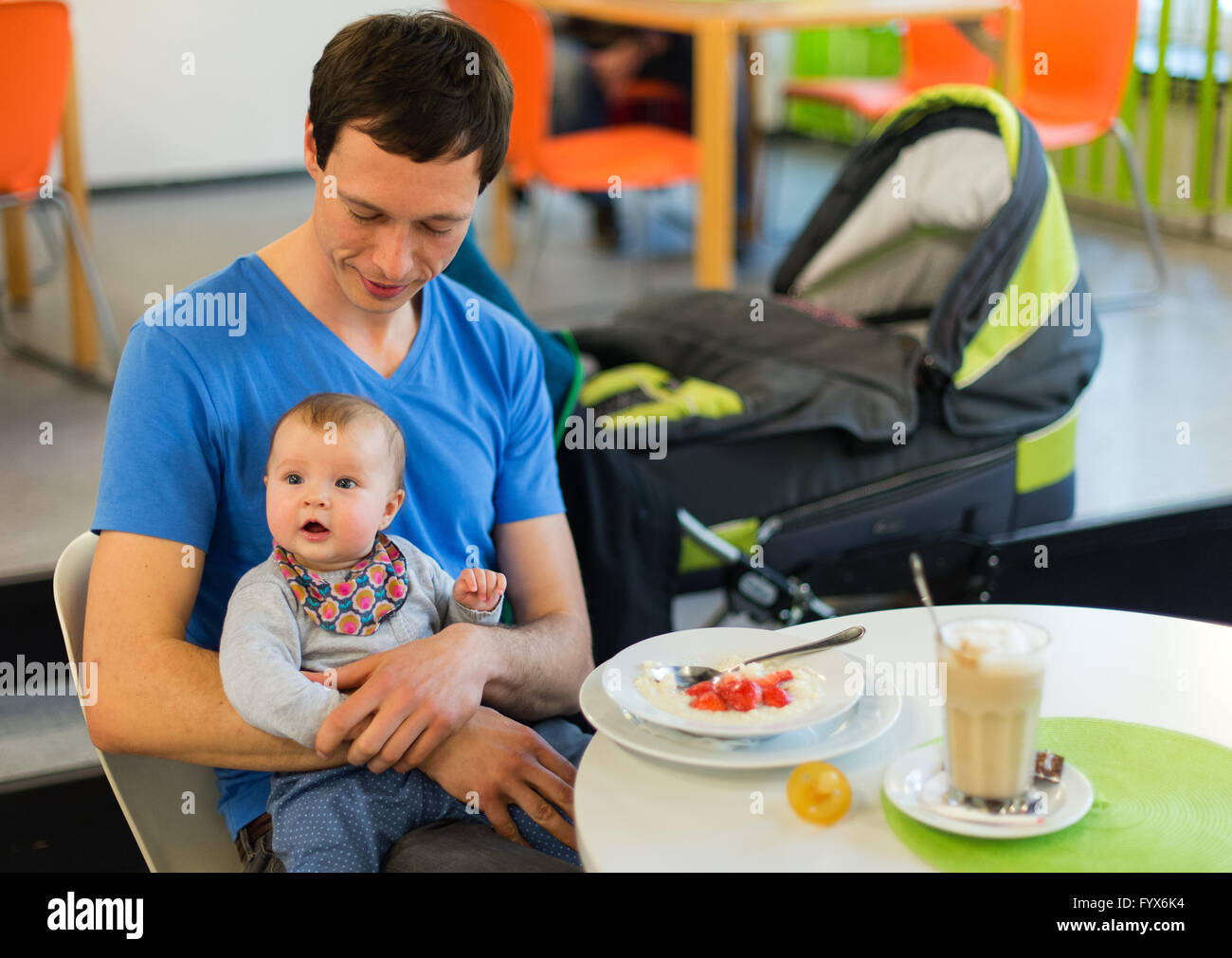 Hanover, Germany. 27th Apr, 2016. Matthias Hocke sits with his daughter Emmi in a cafe in Hanover, Germany, 27 April - Stock Image