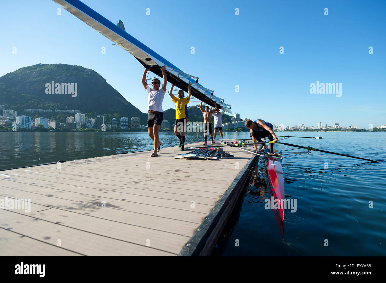 RIO DE JANEIRO - MARCH 22, 2016: Brazilian rowers carry their boat back to the clubhouse at Lagoa Rodrigo de Freitas - Stock Image