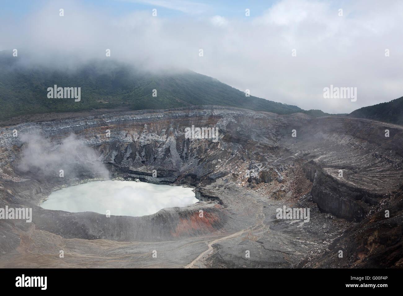 The crater of Poas Volcano in Parque Nacional Volcan Poas (Poas Volcano National Park) in Costa Rica. - Stock Image