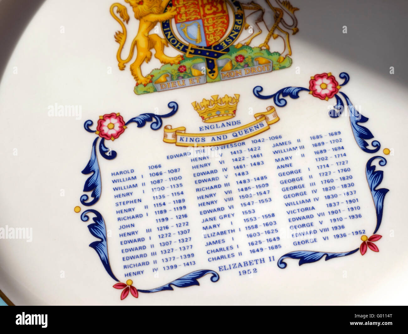 HM Queen Elizabeth 2nd commemorative plate with official coat of arms and list of all monarchs from 1066-1952 - Stock Image