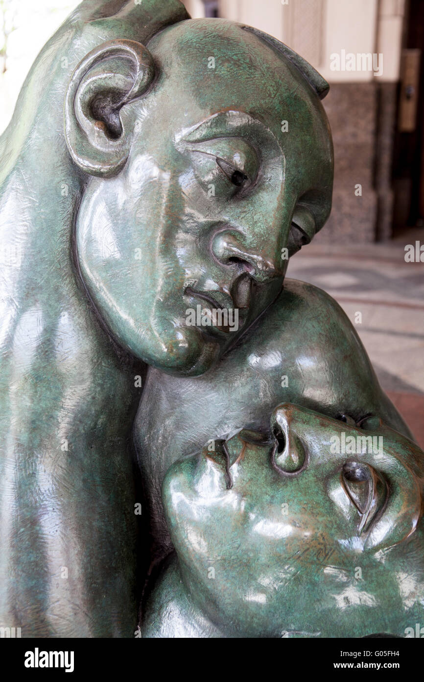 Returning to embrace by Jon Buck artwork art in Canary Wharf - Stock Image