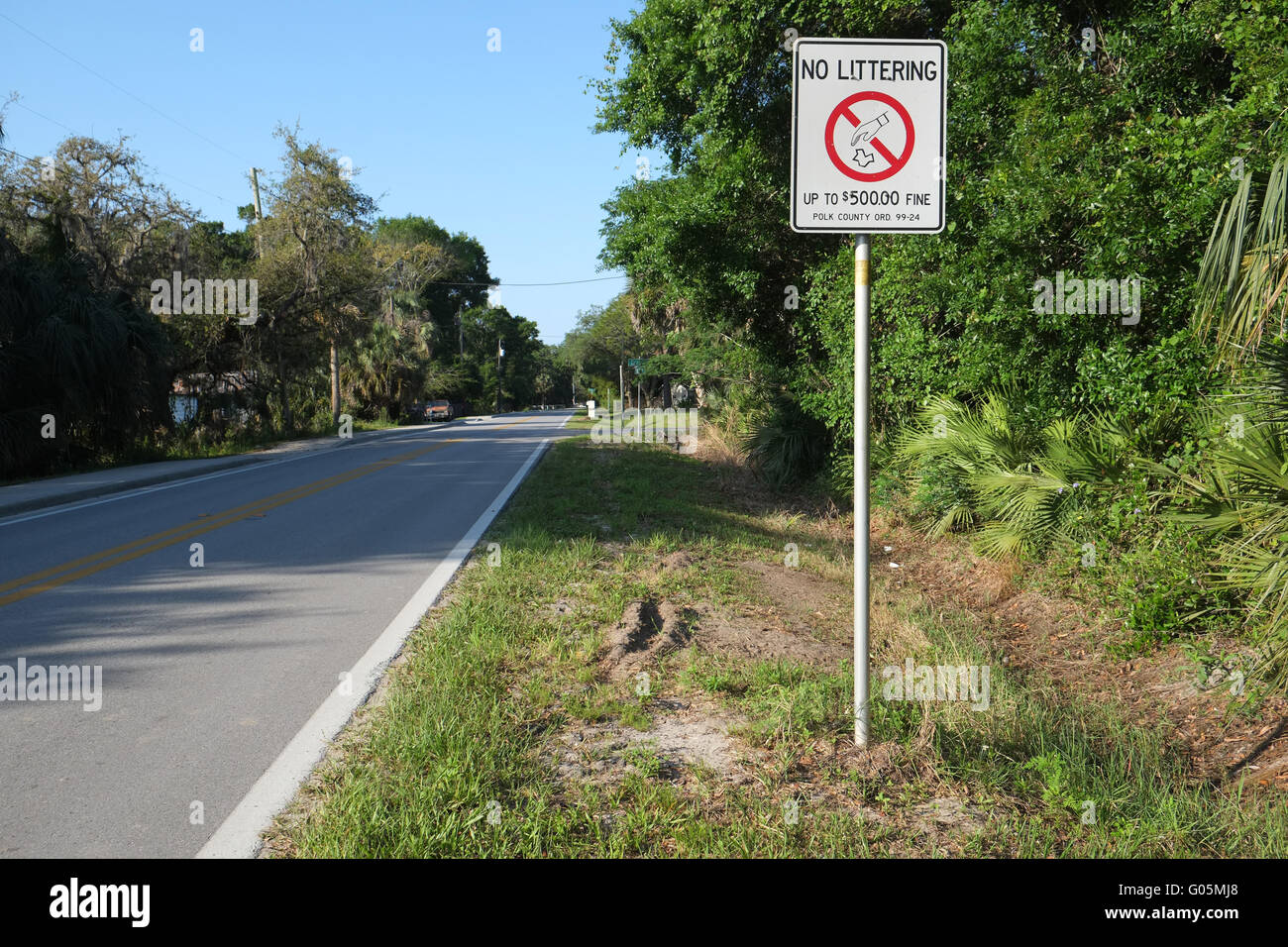 No littering sign beside the highway in Central Florida, Near Davenport. April 2016. - Stock Image