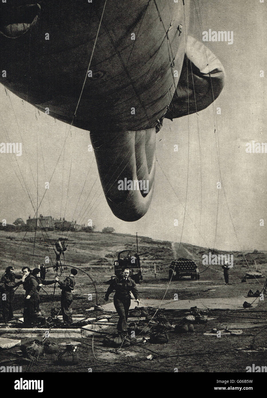 WW2 Women at war WAAF women handling barrage balloons - Stock Image
