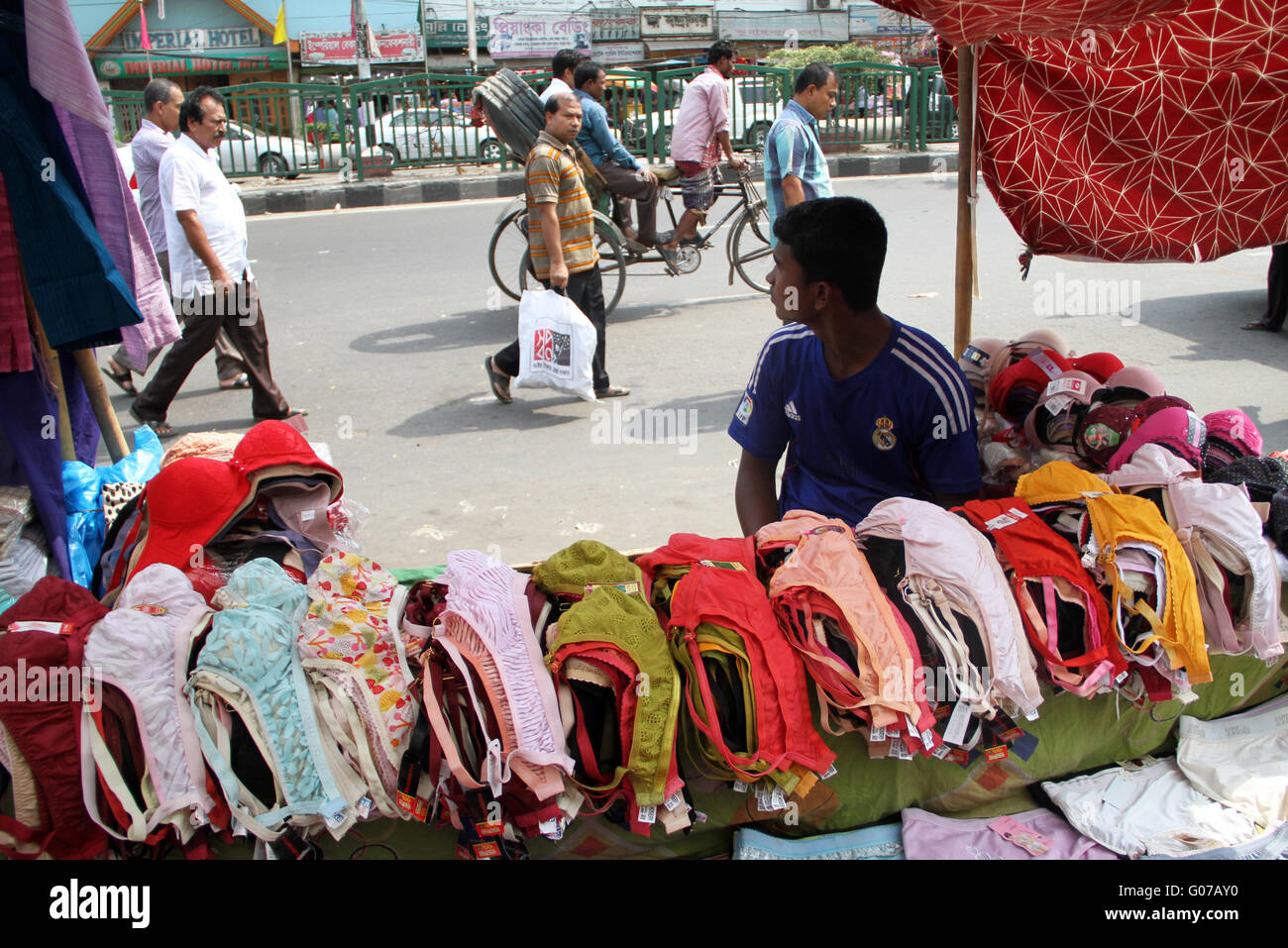 Dhaka, Bangladesh. 30 April, 2016.  A vendor waits for customer on a hot summer Day in the capital Dhaka on 30 April, - Stock Image
