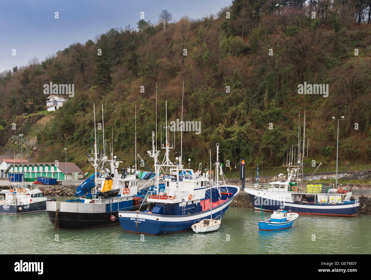 Hondarribia aka Fuenterrabía, Guipuzcoa Province, Basque Country, Spain.  Fishing boats in the harbour. - Stock Image