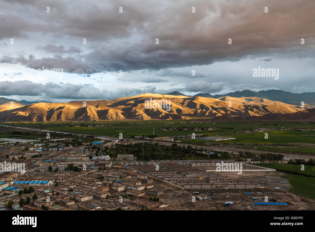 Aerial view of Gyantse county from top of Zongshan fort, Tibet, China - Stock Image