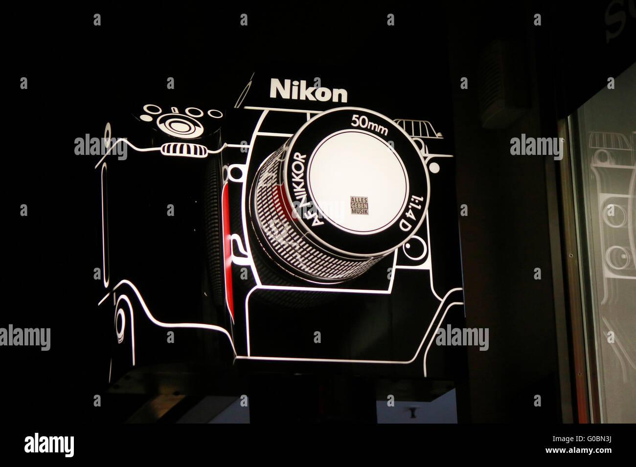 Leuchtreklame: eine Kamera der Marke 'Nikon', Berlin. - Stock Image