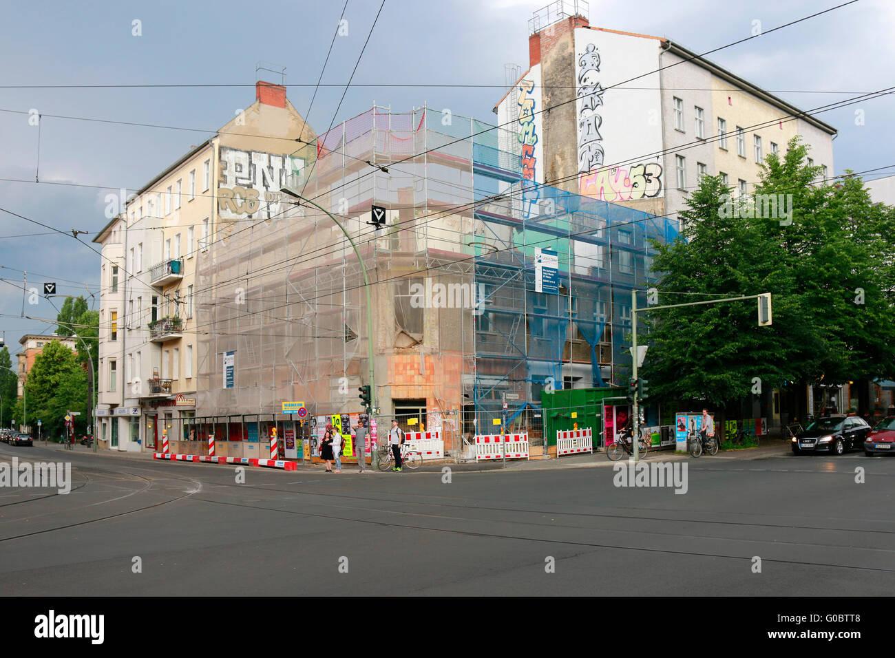 ein Haus an der Ecke Brunnenstrasse, Invaidenstrasse wirdf abgerissen, Berlin. - Stock Image