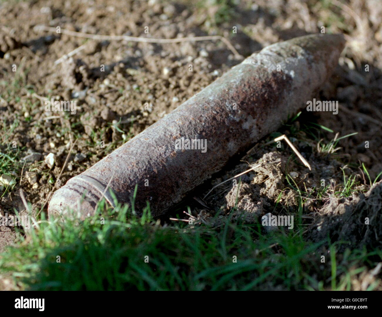 AJAXNETPHOTO. CAPPY, SOMME, FRANCE. - WW1 MUNITIONS - AN ARTILLERY SHELL PLOUGHED UP FROM A FIELD AWAITS COLLECTION - Stock Image