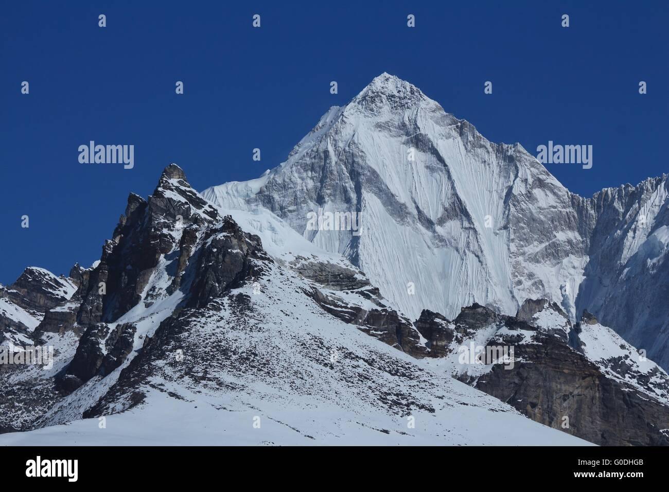 High mountain next to Cho Oyu - Stock Image