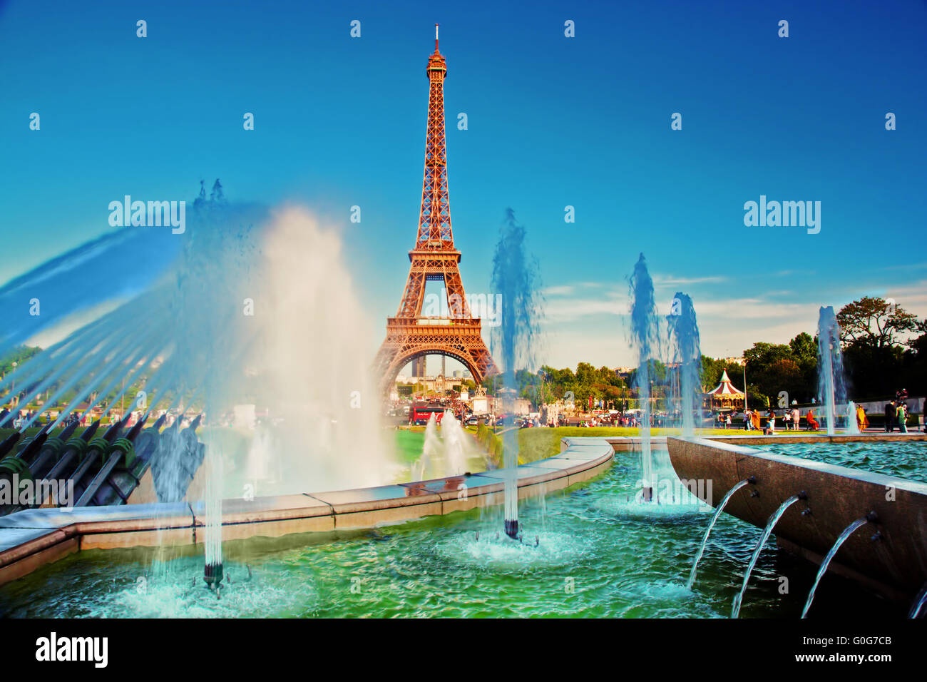 Eiffel Tower seen from fountain at Jardins du Trocadero at a sunny summer day - Stock Image