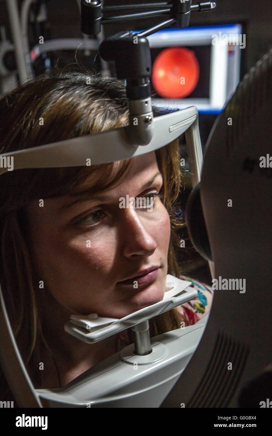 Optician examining womans vision - Stock Image