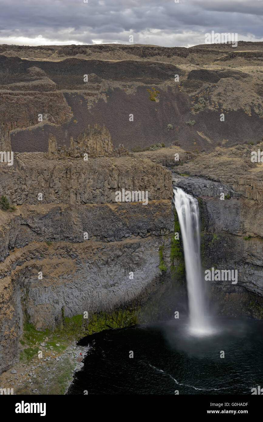 Small figures next to large Palouse Falls - Stock Image