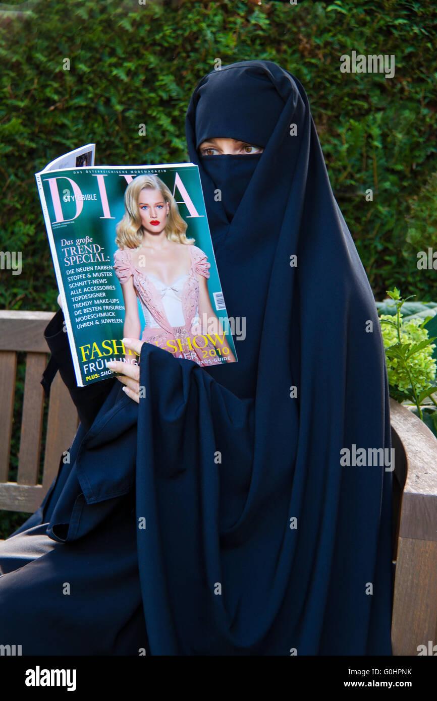 Symbolfoto Islam. Muslim veiled woman with Burqa - Stock Image