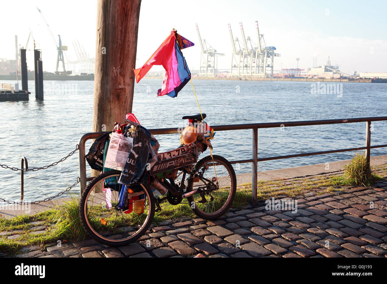 Bicycle with the household of a homeles person - Stock Image