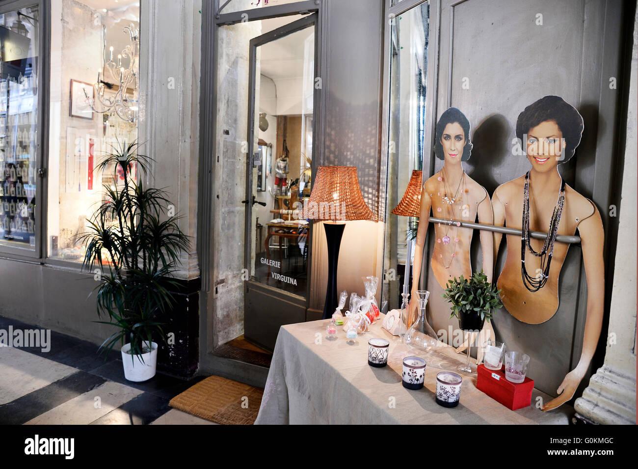 Antique shop in Paris - Stock Image