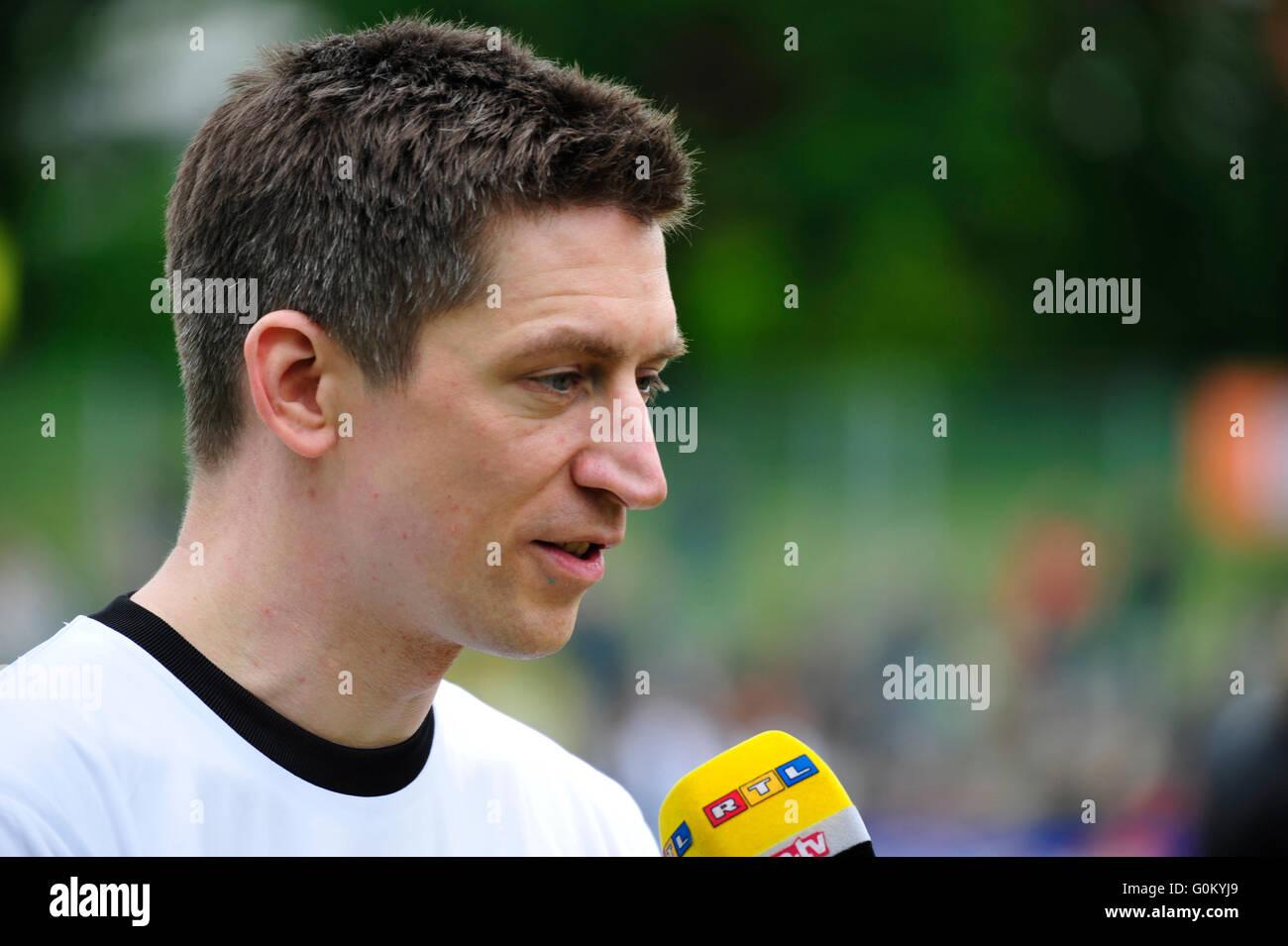 Benefiz-Fußballspiel 'Kicken mit Herz' im Stadion des SC Victoria: Moderator Steffen Hallaschka. Editorial - Stock Image