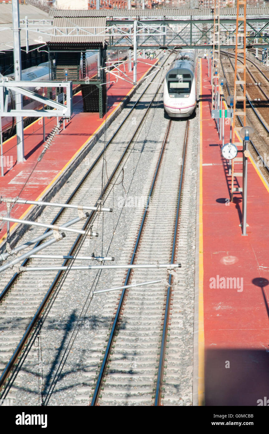 Train, via and platform, view from above. Campo Grande Railway station, Valladolid, Castilla Leon, Spain. - Stock Image