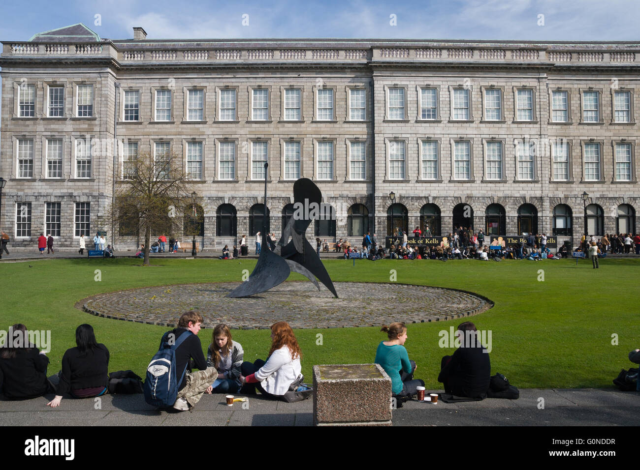 Students at Fellows Square, modern sculpture in front of Old Library, Trinity College, Dublin, Ireland (Eire), Europe - Stock Image