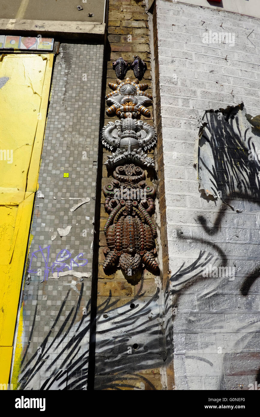 abstract tribal art sculpture on wall of Red Gallery in Shoreditch, London - Stock Image