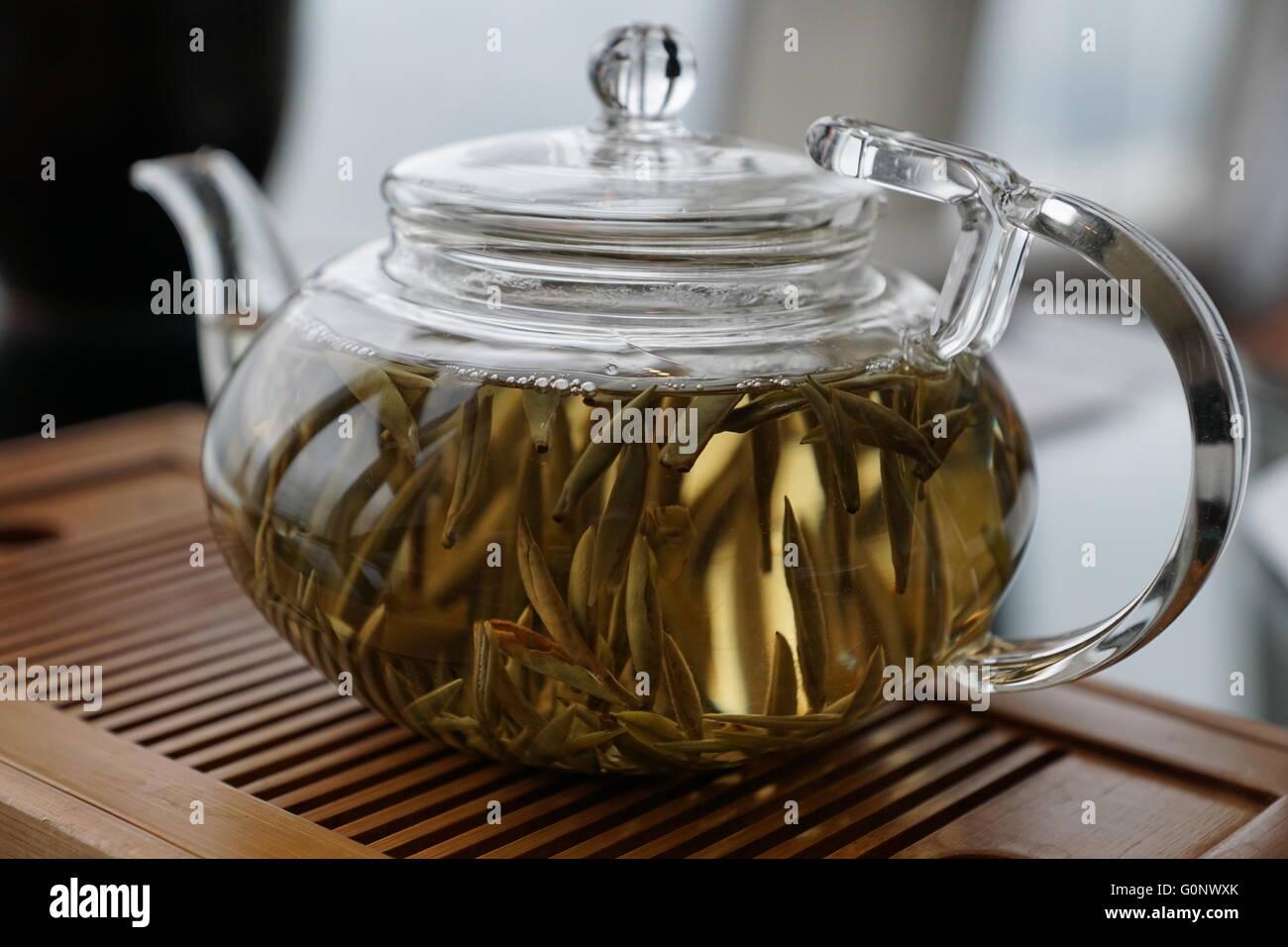 Tea pot with posh white tea - Stock Image
