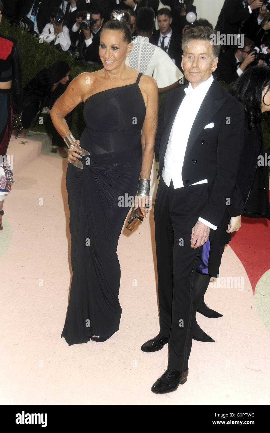 Designers Donna Karan L And Calvin Klein Attending The Manus X Stock Photo Alamy