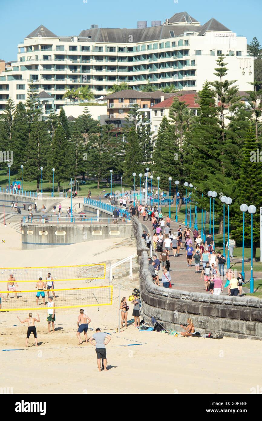 People walking on the Coastal Walk at Coogee, Sydney. - Stock Image