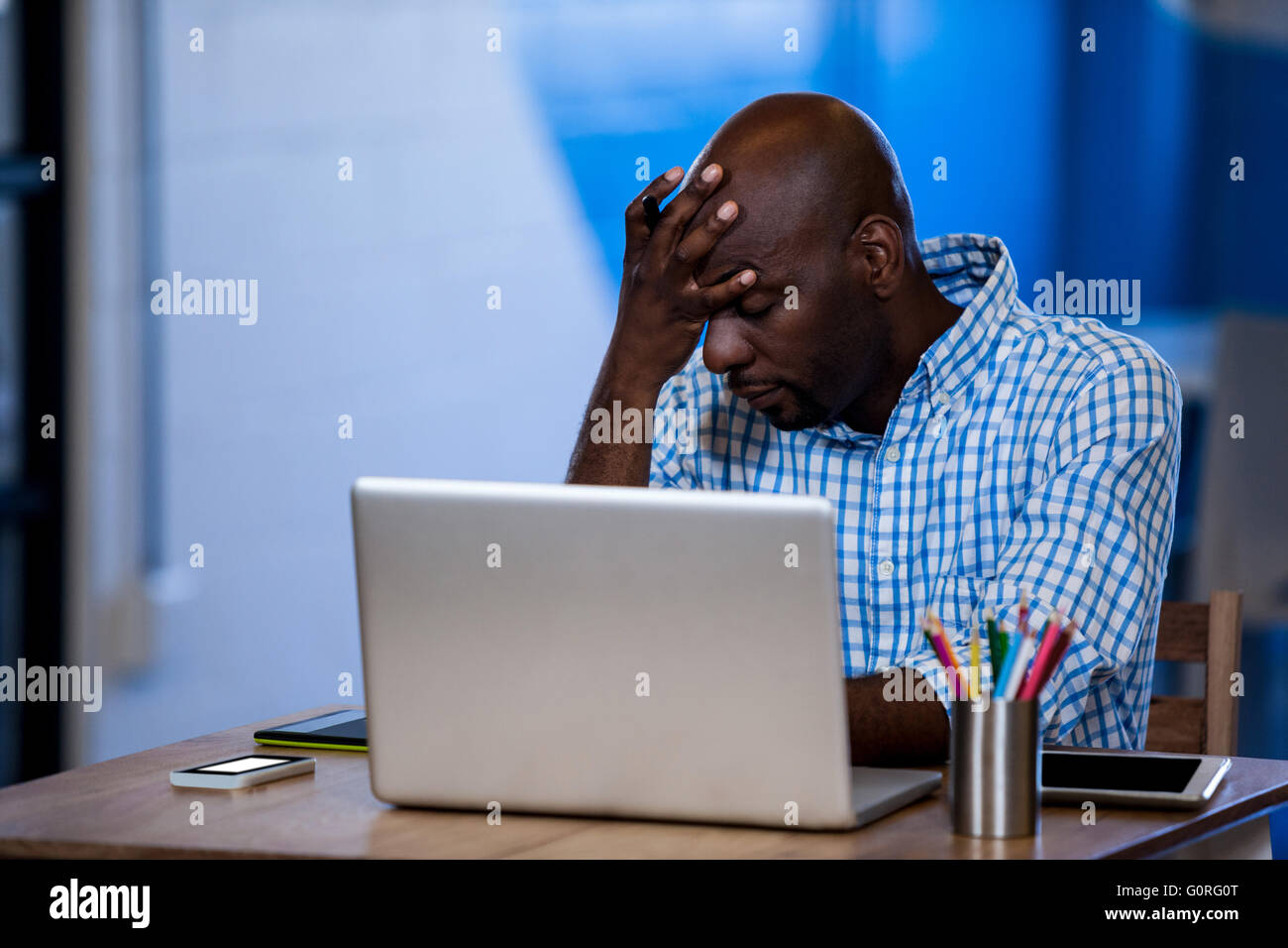 Business man looking overworked and exhausted - Stock Image
