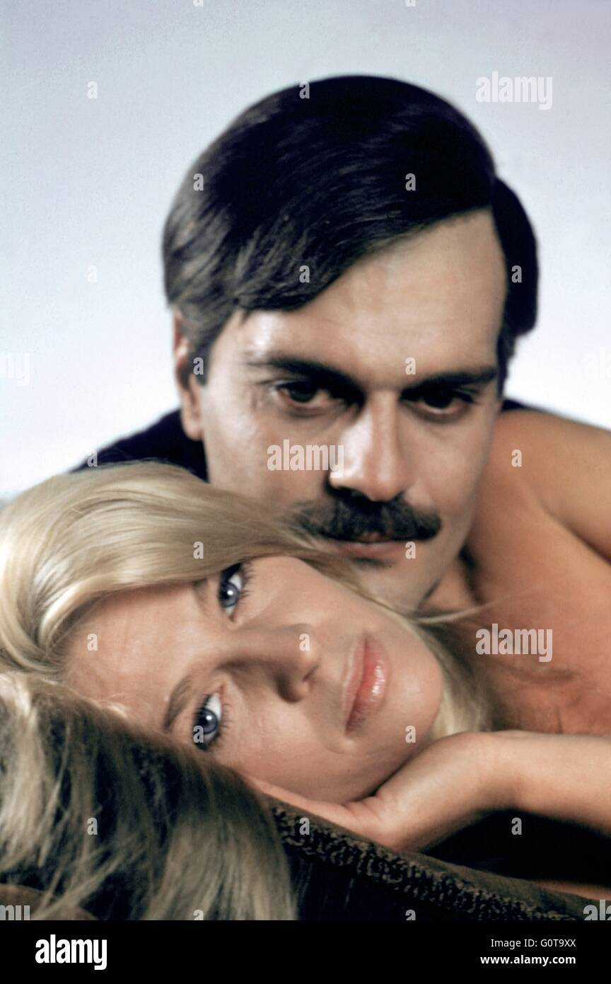 Omar Sharif and Julie Christie / Doctor Zhivago / 1965 directed by David Lean [Carlo Ponti Production / Metro-Goldwyn - Stock Image