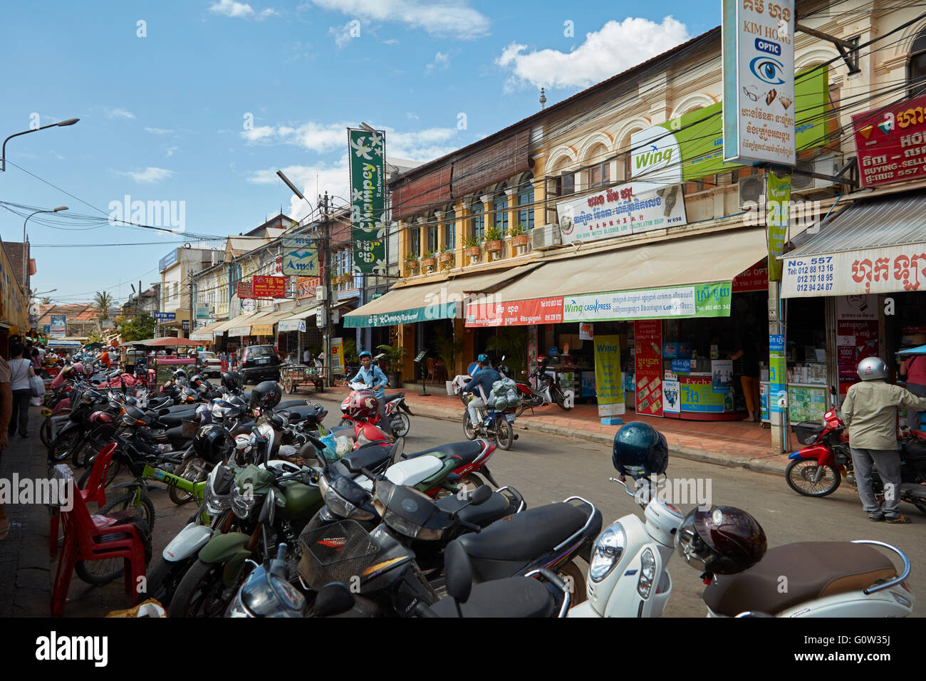 Motorbikes and shops, Siem Reap, Cambodia - Stock Image