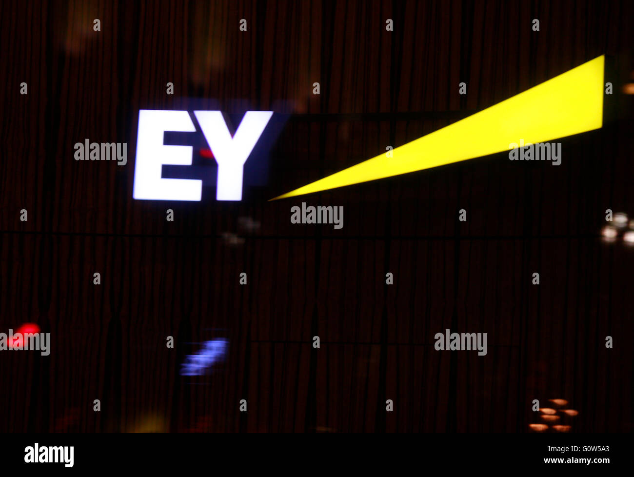 das Logo der Marke 'EY Ernst and Young', Berlin. - Stock Image