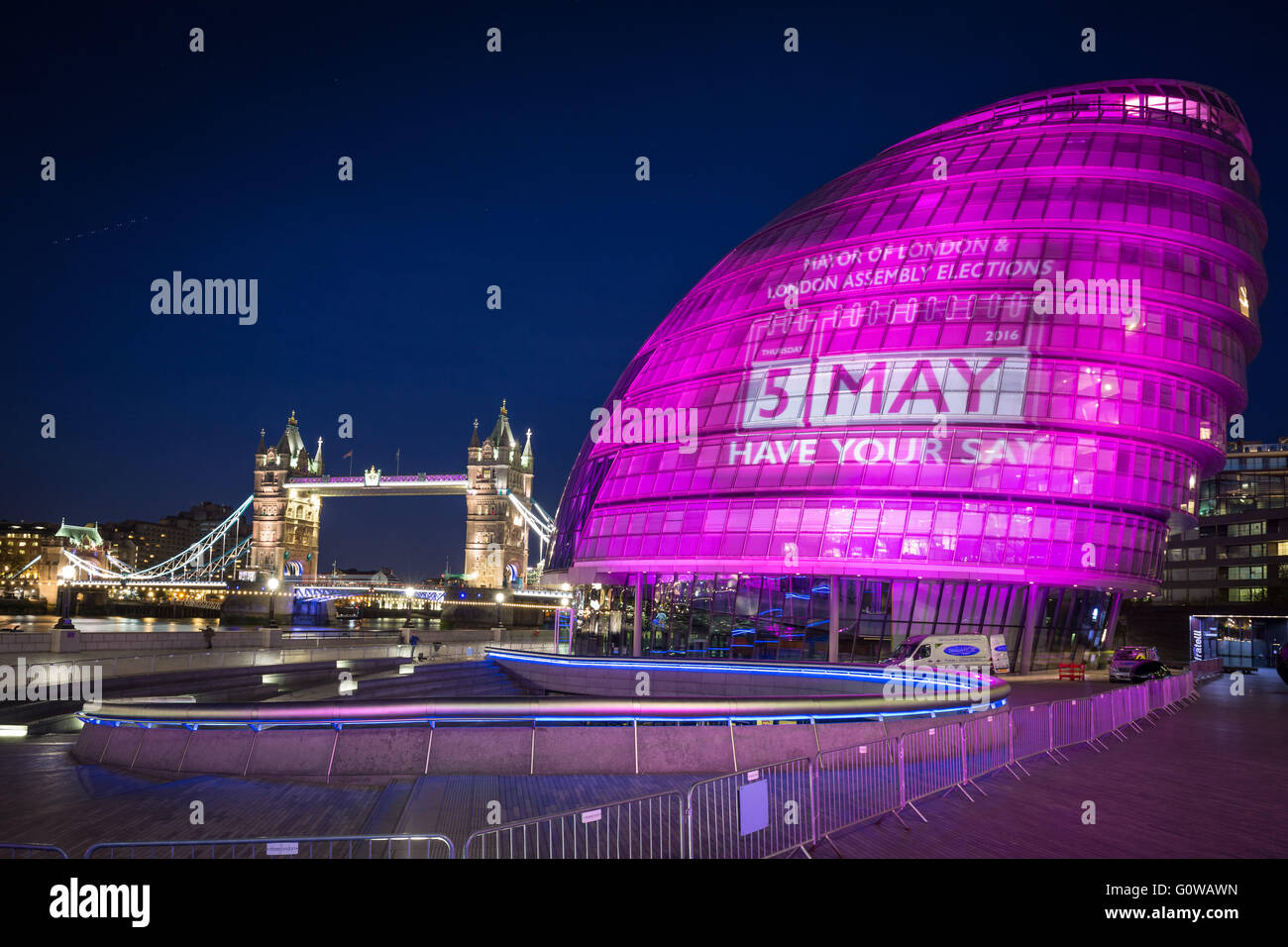 London, UK. 4th May, 2016. Mayoral Election Illumination: London's City Hall goes pink on the eve of Polling Day - Stock Image