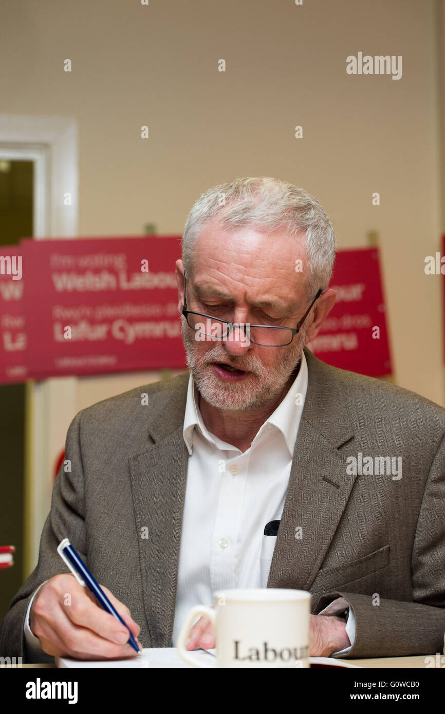 Maesteg, Wales, UK. 4th May 2016. On the eve of the Welsh Assembly election, Labour leader Jeremy Corbyn visits - Stock Image