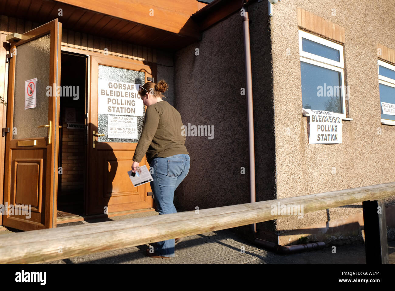 Walton, Powys. 5th May, 2016. An early morning voter arrives at the Polling Station in the village hall in the village - Stock Image