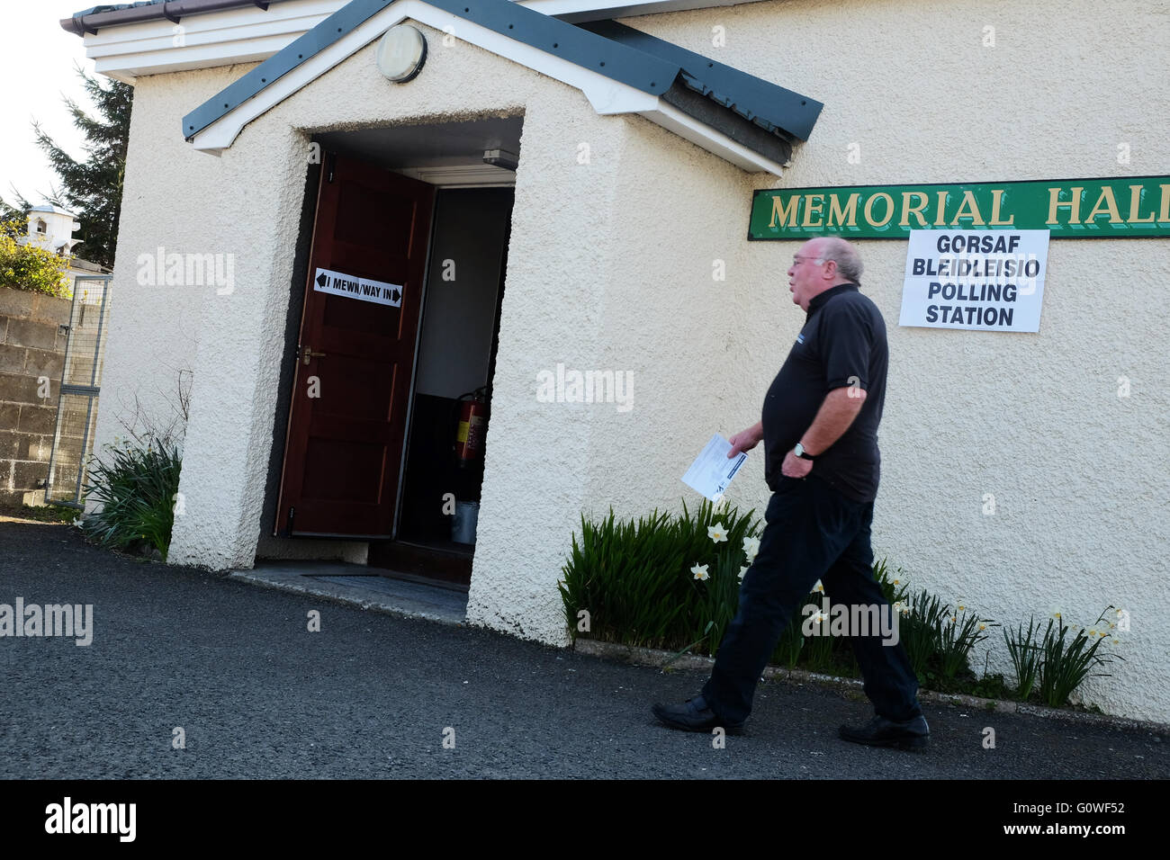 Presteigne, Powys, UK. 5th May 2016. An early morning voter arrives at the Polling Station in the village hall in - Stock Image